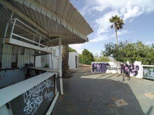 Nawet w tak ładnym mieście nie może zabraknąć ruin w środku ładnego parku na przeciw mariny.